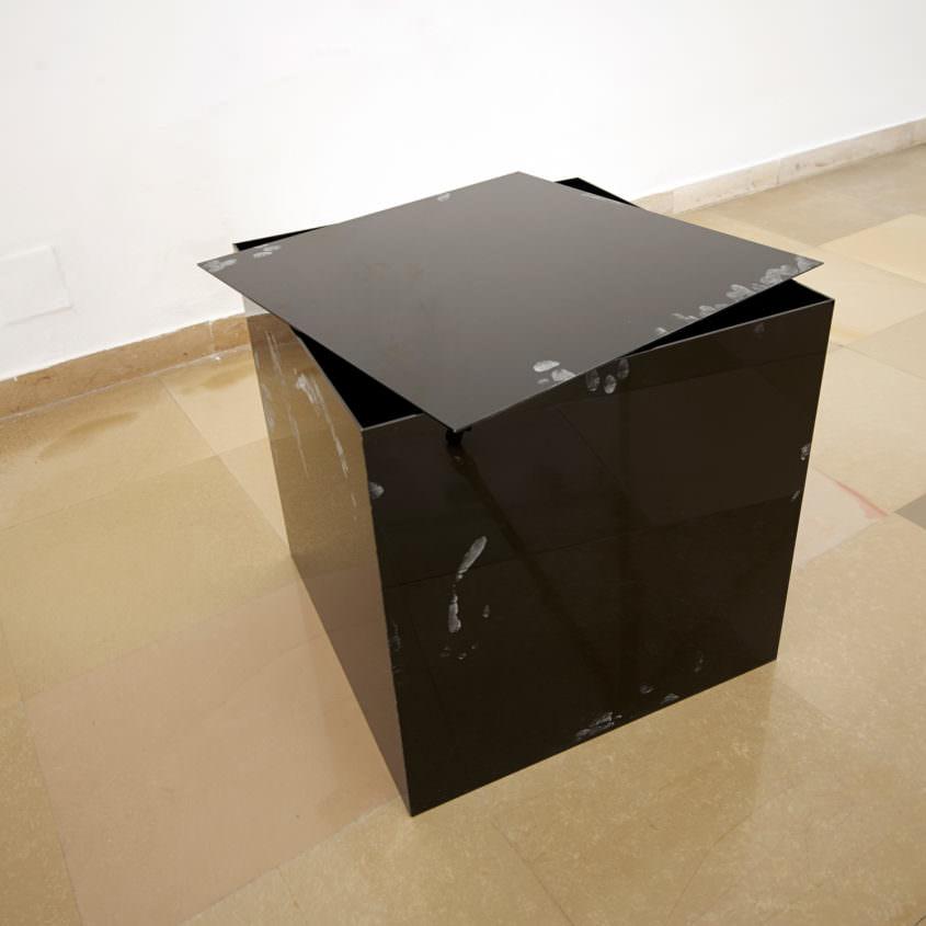 Pandoras Box 2014, Acrylglas, fingerprint powder, 50 x 50 x 50 cm