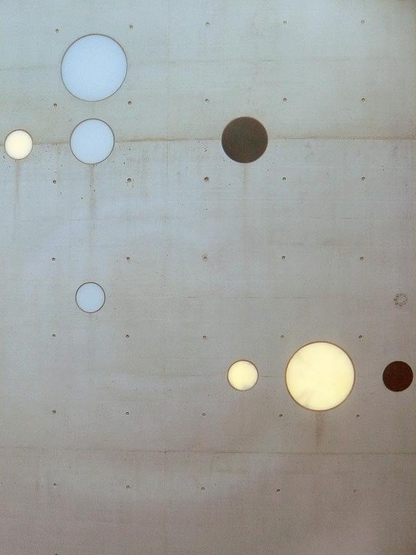 Reflex in the Grid, 2010, Transparente, hinterleuchtete und Schwarze Glasscheiben in Betonmauer