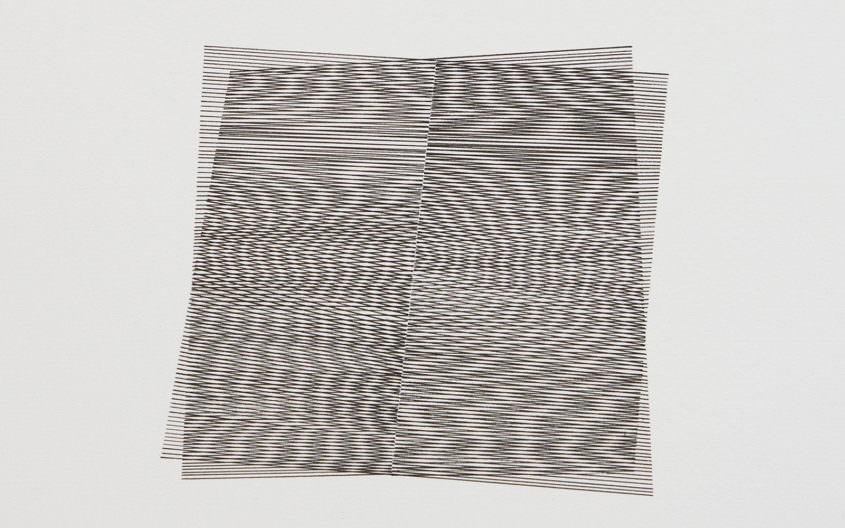 Zeichnung mit parallelen Schwarzen Linien, eng gesetzt, die sich überlagern und eine vibrierende Irritation auslösen