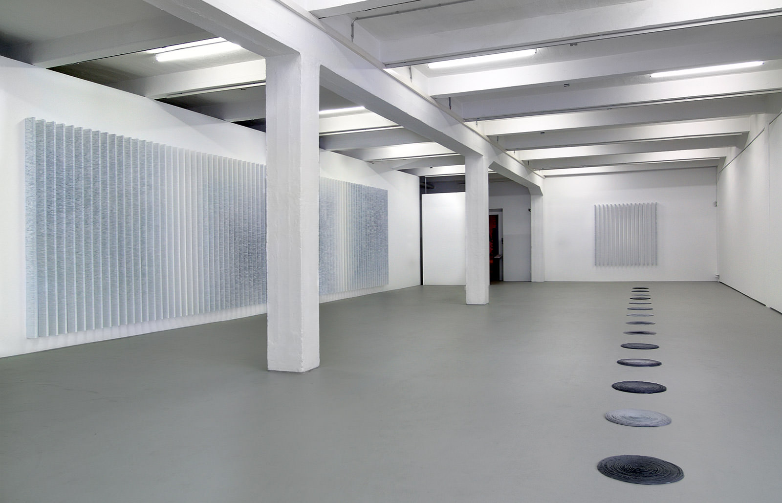Die Ordnung der Zeit 2007 @ factory Kunsthalle Krems (AT) Wand: Streaming, Boden: Zeitspiralen