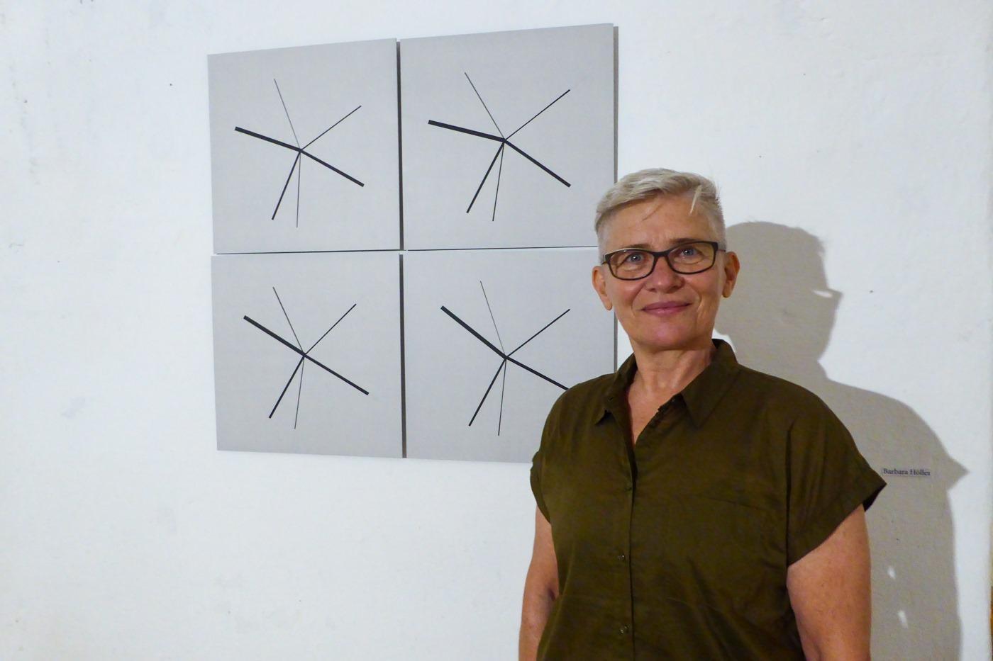 "Barbara Höller vor dem Werk ""6D studioview"""