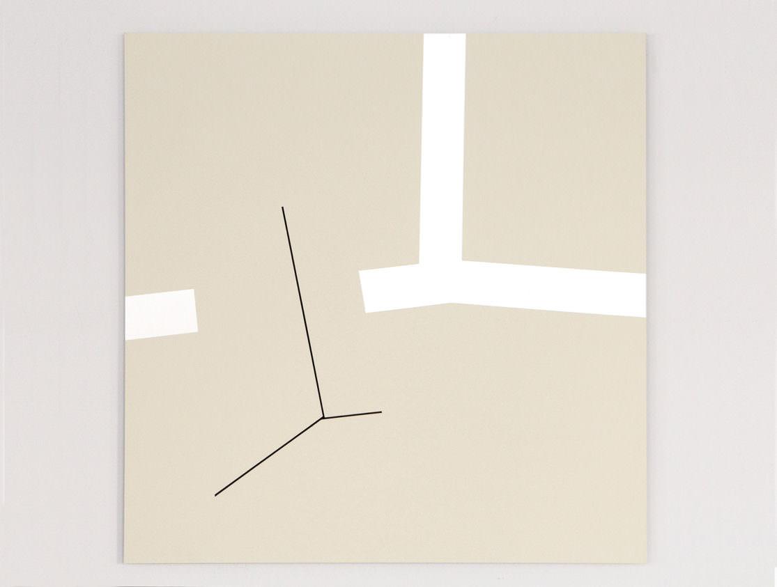 Helles quadratisches Bild mit silbriger winkeliger Form und schwarzer dünner Linie