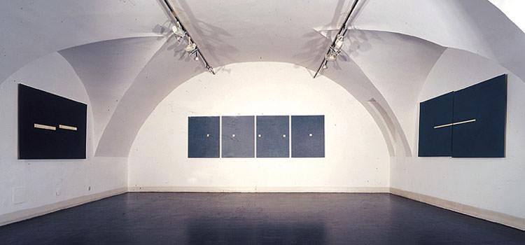 Galeriegewölbe mit großen dunkelblauen geometrischen Bildern