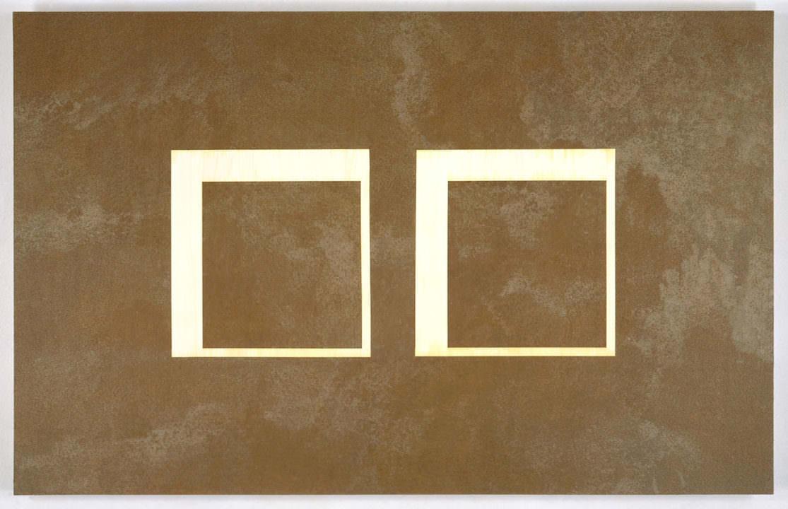 braun beiges rechteckiges querformat mit strukturierter farbe gemalt, ausgespaart sind zwei große wquadrate in der mitte
