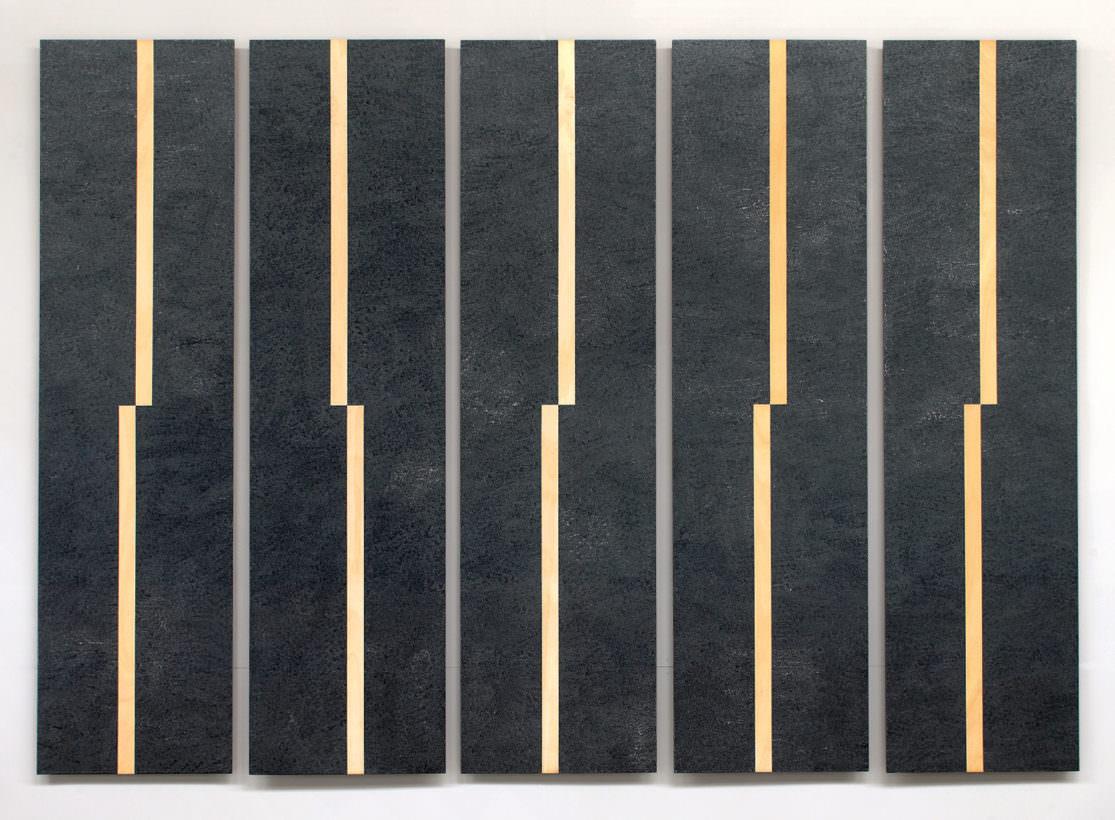 Fünf hohe schmale Bildteile mit einem hellen holzfärbigen streifen senkrecht